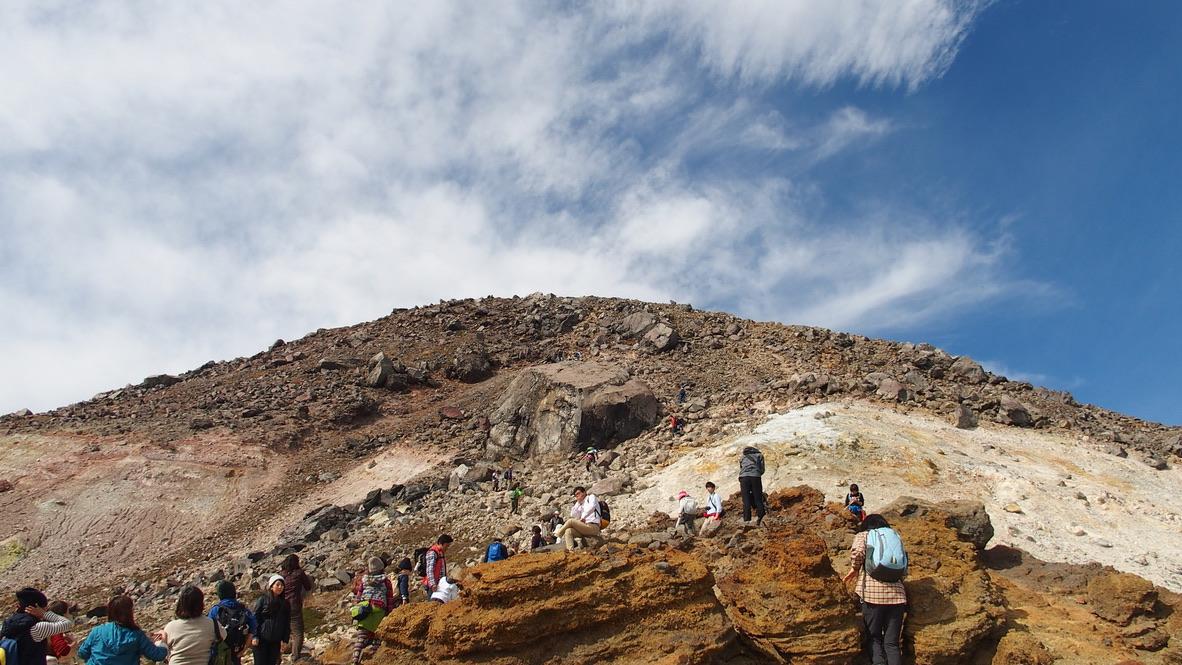 那須岳・茶臼岳、ロープウェイからの登山客がたくさん