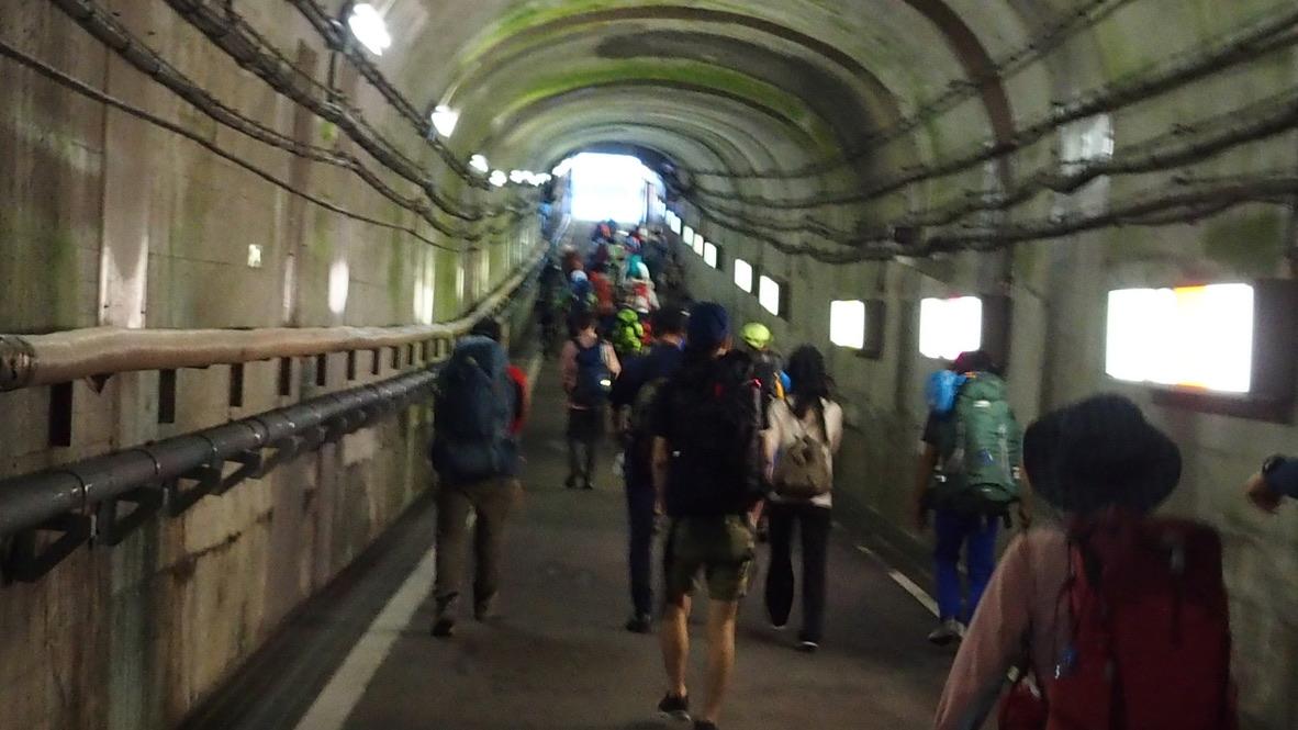 立山・黒部ダムからロープウェイ黒部平駅に向かいます