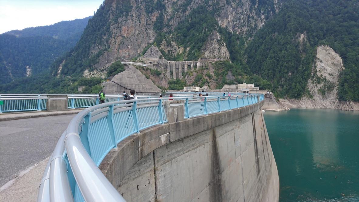 立山・黒部湖から歩いて黒部ダムを渡ります