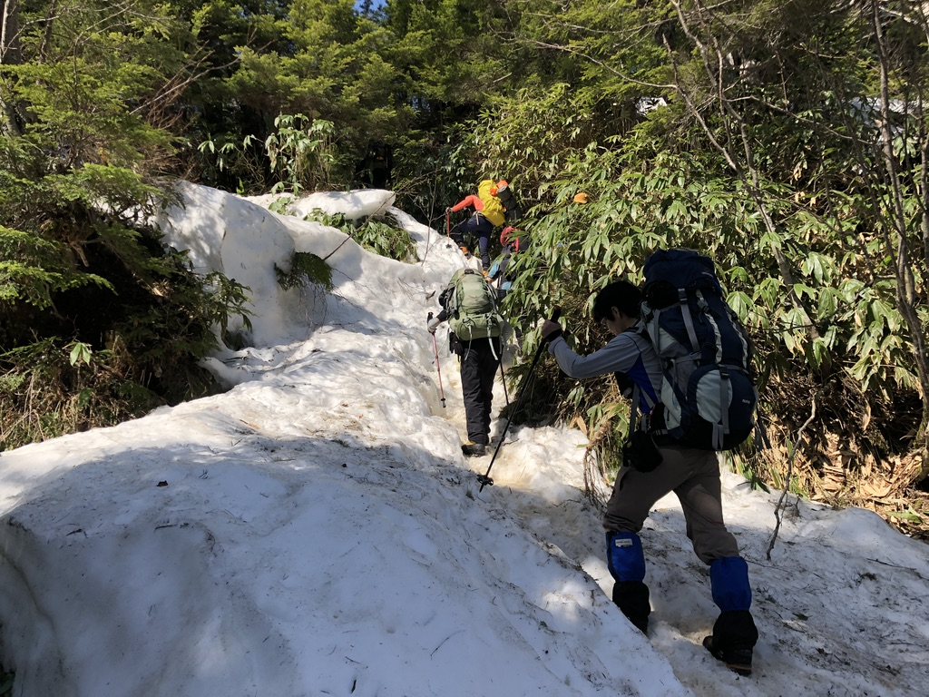 燕岳・第三ベンチに至る道・雪ですべらないよう注意です