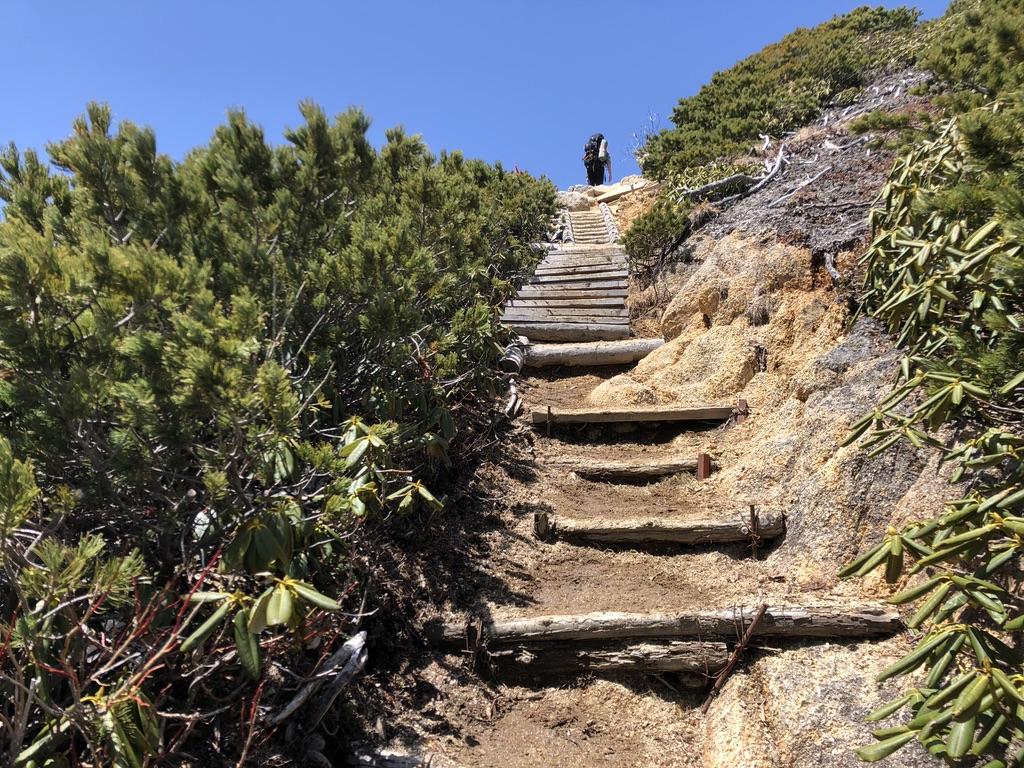 燕岳・合戦尾根・北アルプス三大急登・この階段登りきれば燕山荘!