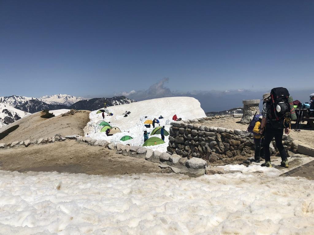 燕岳・燕山荘・テント場は雪の上