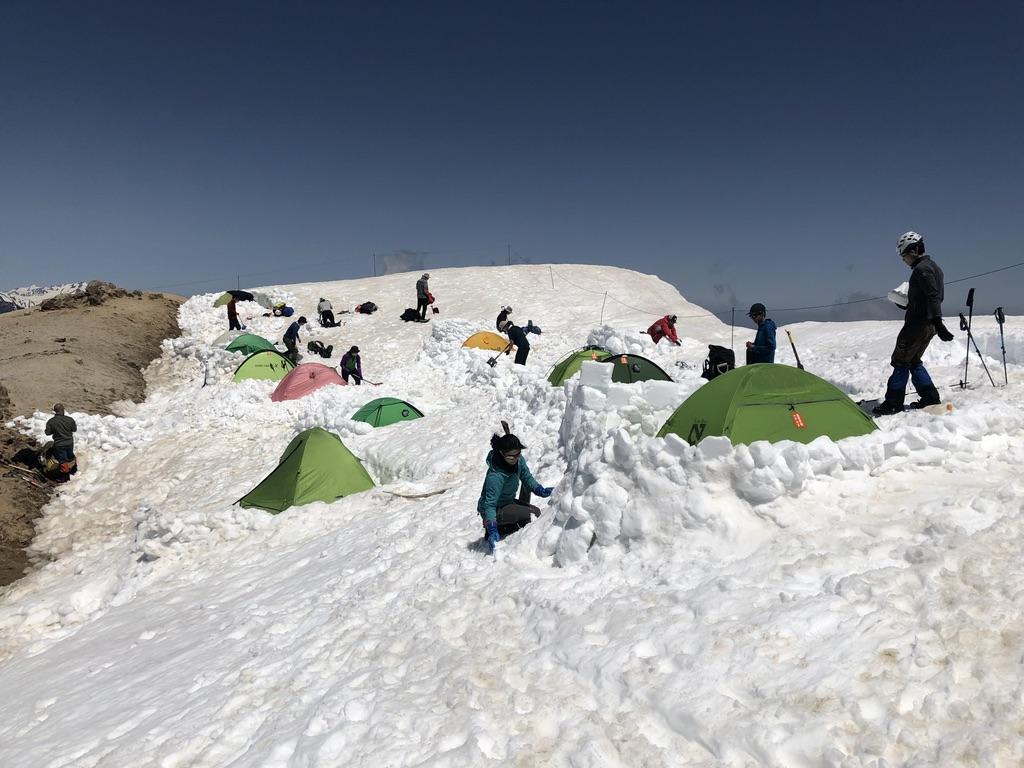 燕岳・燕山荘・テント場はフカフカの雪の上♪