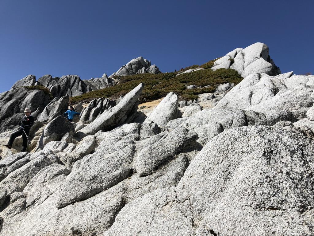 燕岳・山頂は岩だらけ