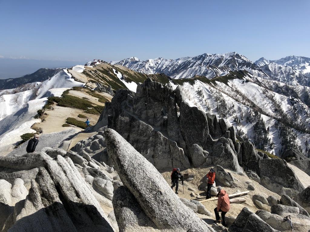 燕岳・燕山荘から燕岳までの稜線・すぐ近くにはメガネ岩