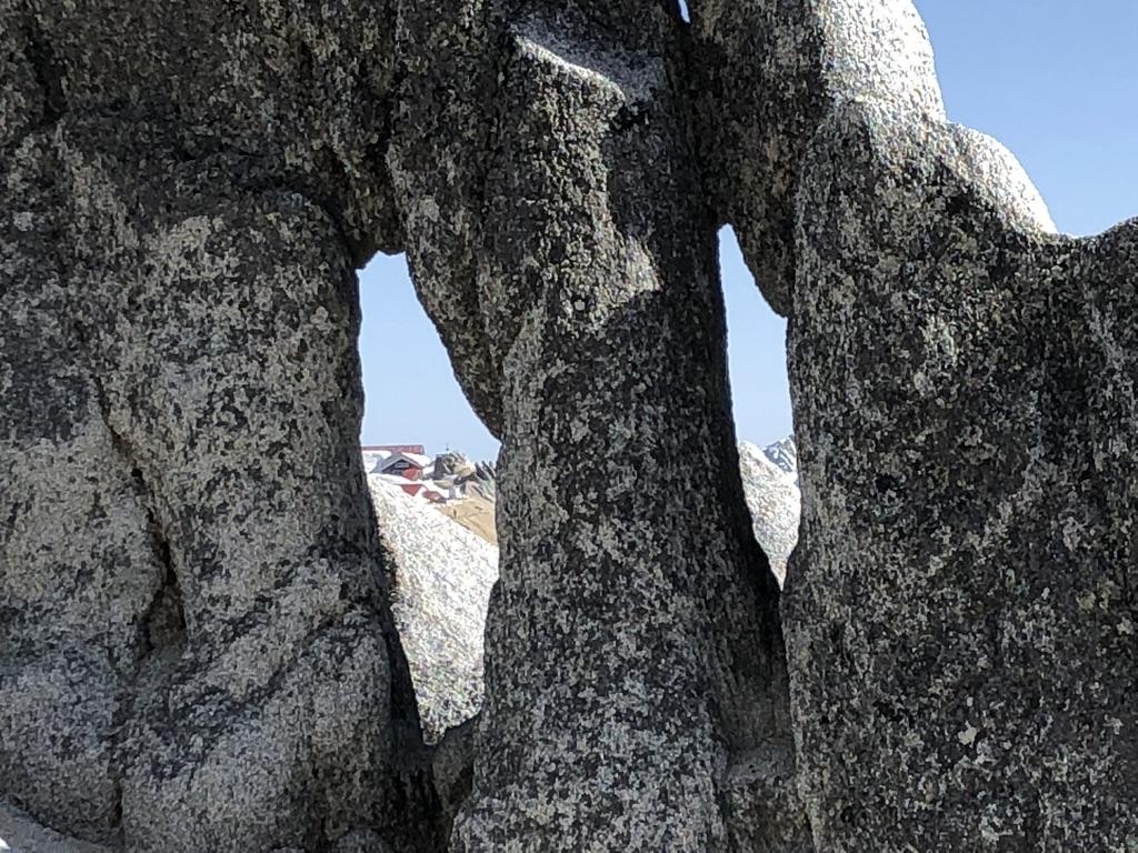 燕岳・メガネ岩のメガネから燕山荘を見る