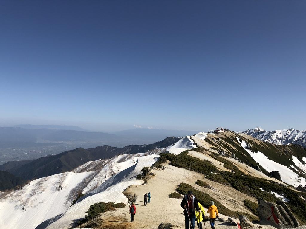 燕岳・燕山荘へ至る道・雪と砂できれいに道が分かれてます