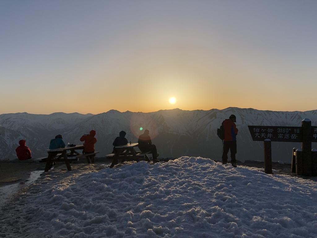 燕岳・日の入りを見に燕山荘から続々と人が出てきます