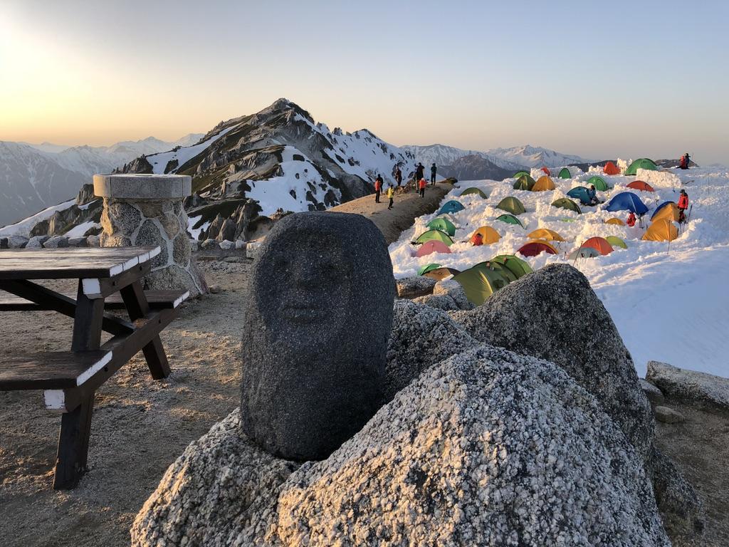 燕岳・日の入りを見にテントからも続々と人が出てきた