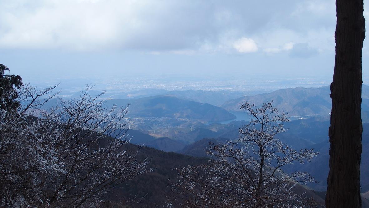 蛭ヶ岳・遠くの街並み見えてきて