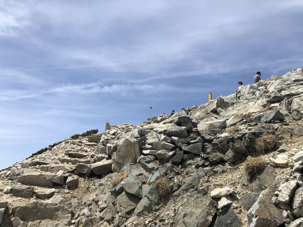唐松岳・唐松岳山頂近くの石の道