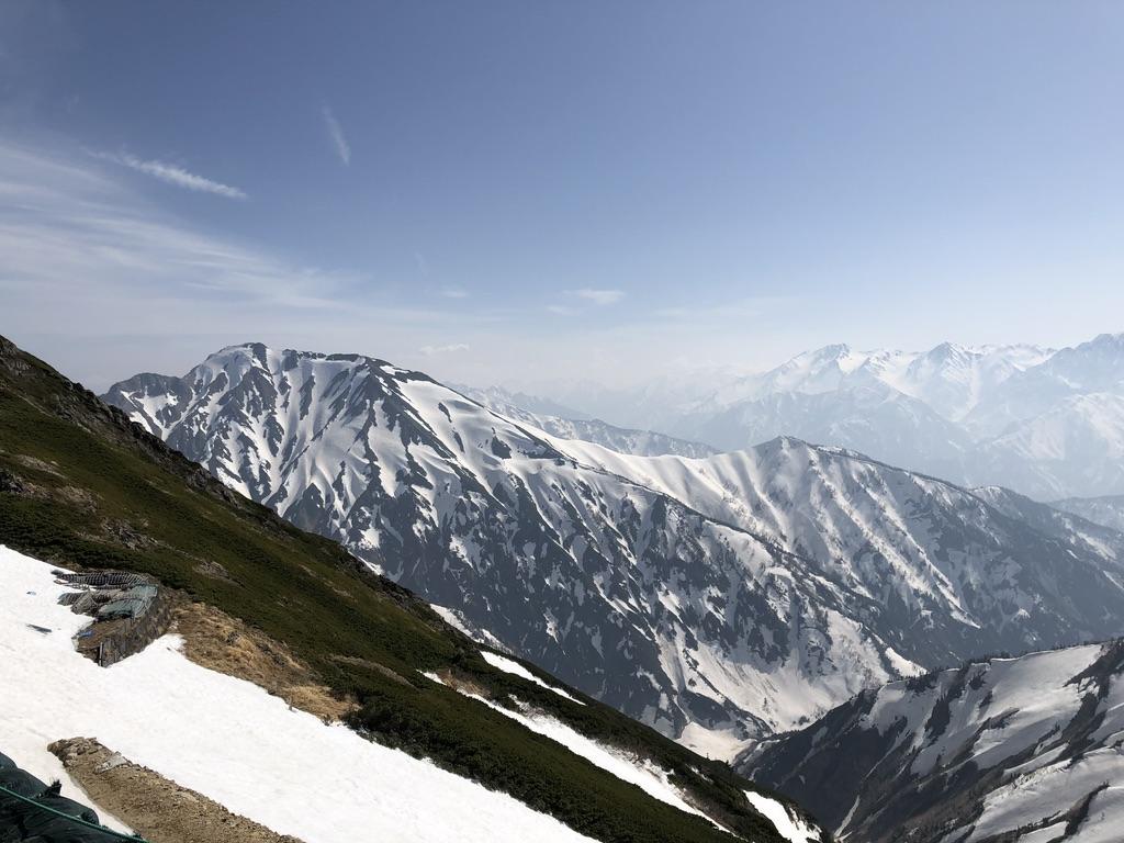 唐松岳・唐松岳頂上山荘と五竜岳
