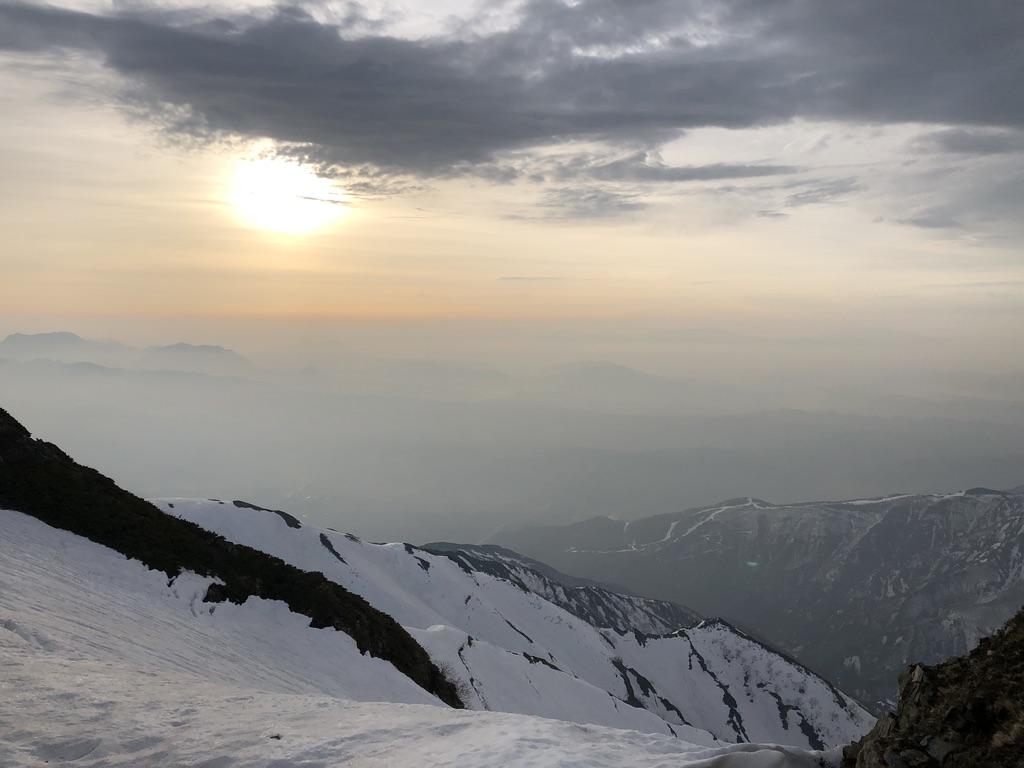 唐松岳・頂上山荘近くからの太陽と遠見尾根