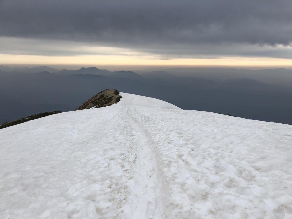 唐松岳・八方尾根・雪の稜線どんどん下る