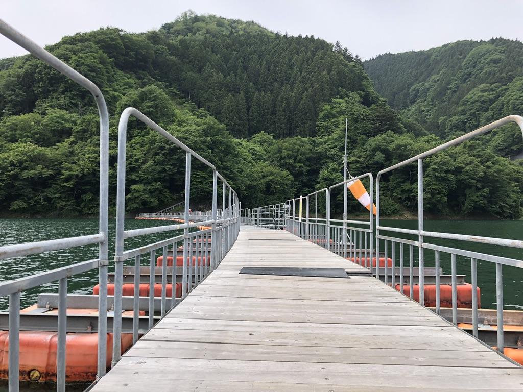三頭山・麦山の浮き橋(ドラム缶橋)で奥多摩湖を渡る