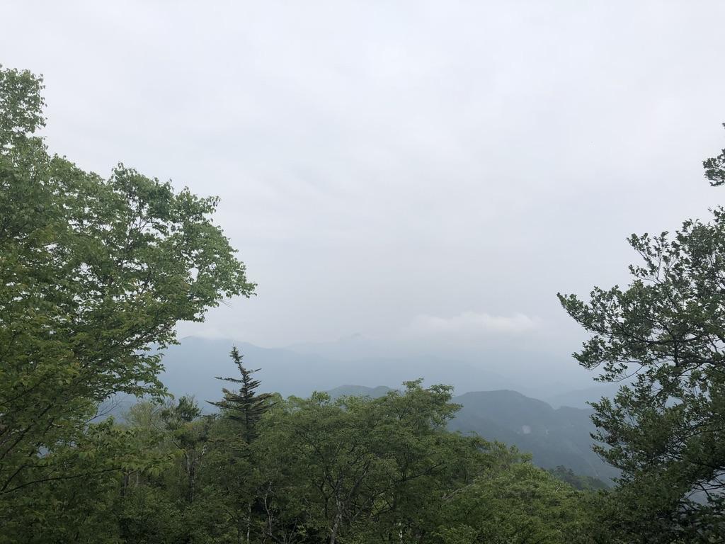 三頭山・展望台より奥多摩三山、大岳山と御前山が見え、ないです