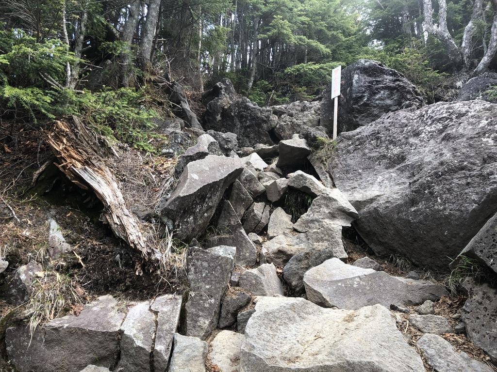 日光男体山・七合目からも落石注意の急登です