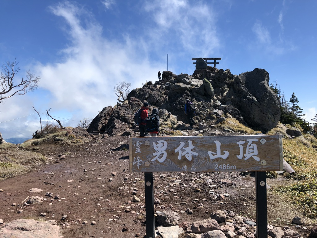 日光男体山・山頂標識と鳥居と剣