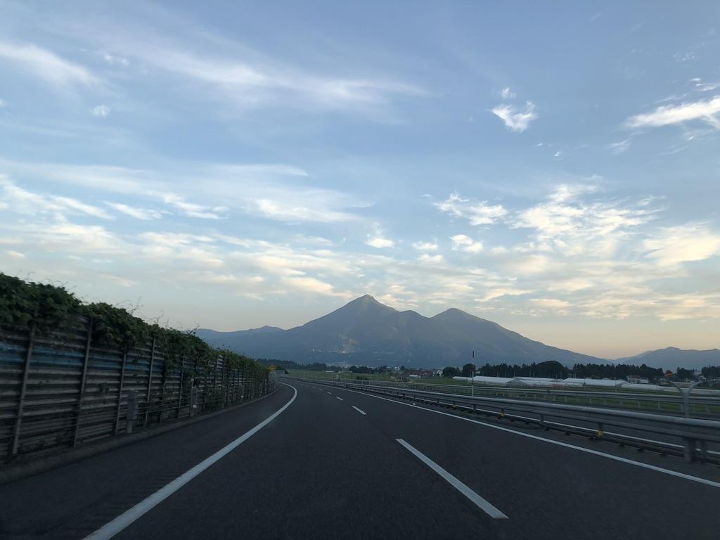 磐梯山・磐越自動車道を磐梯山へ向かって走る