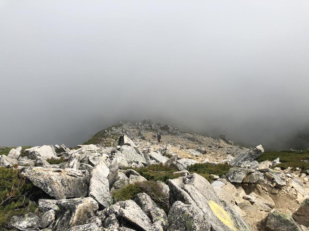 蝶ヶ岳・常念岳・前常念岳からの「大きな岩が多く歩きにくい」稜線、続く