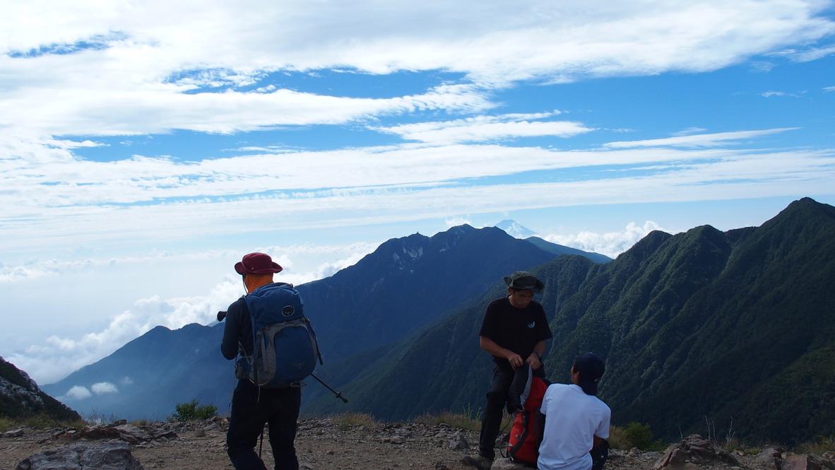 甲斐駒ヶ岳・駒津峰からの鳳凰三山と後ろに富士山