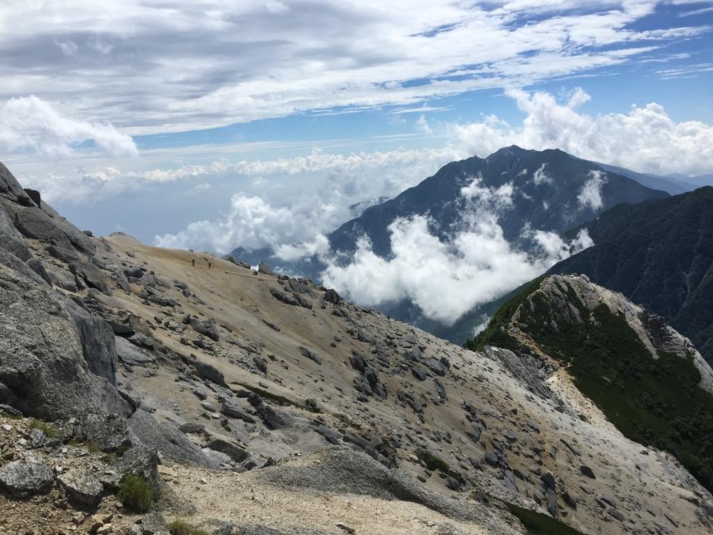 甲斐駒ヶ岳・岩稜直登コースから見えた砂礫の斜面