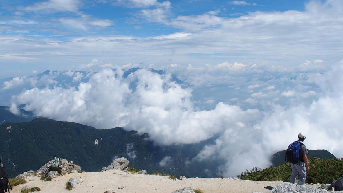甲斐駒ヶ岳・山頂からの八ヶ岳、は見えない