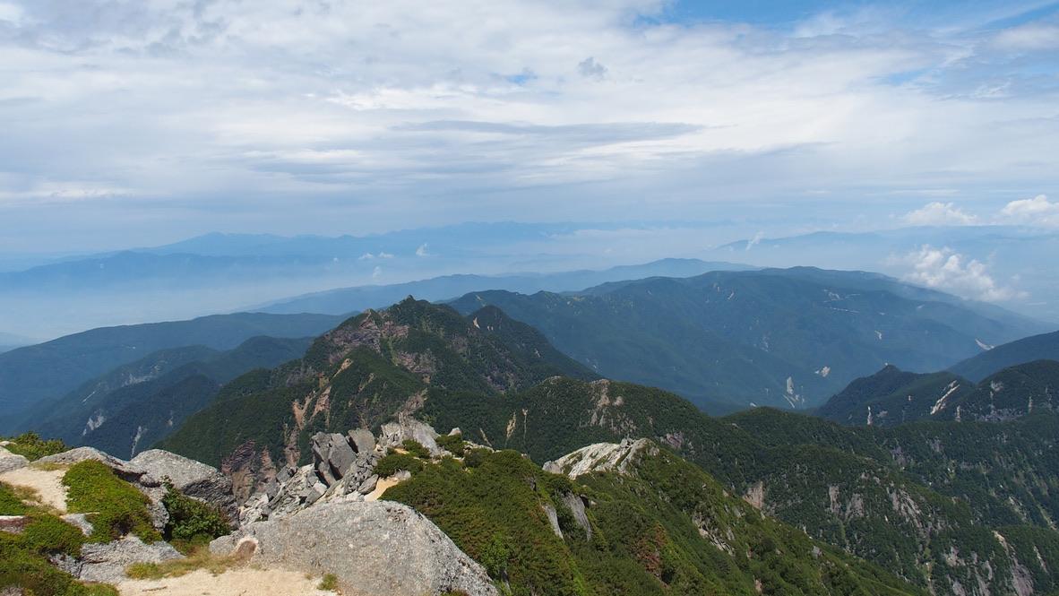 甲斐駒ヶ岳・甲斐駒ヶ岳山頂からの鋸岳と北アルプス
