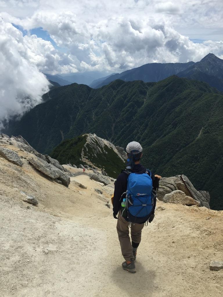 甲斐駒ヶ岳・砂礫の斜面を下る