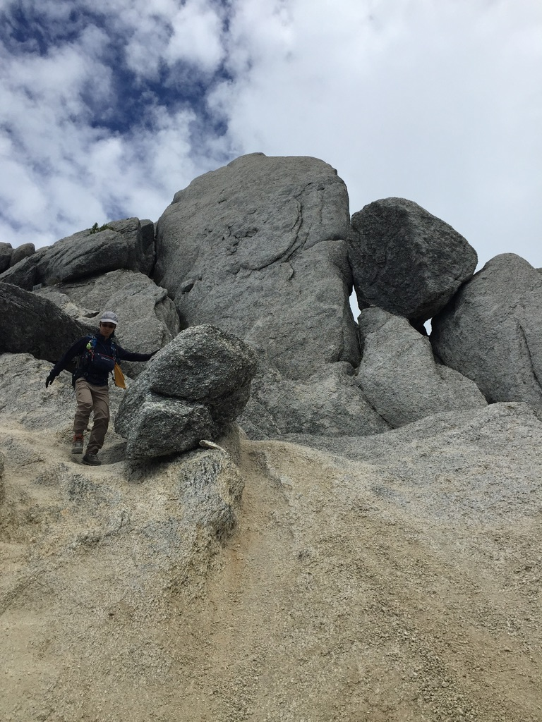 甲斐駒ヶ岳・砂礫の斜面の途中にあった大きな岩