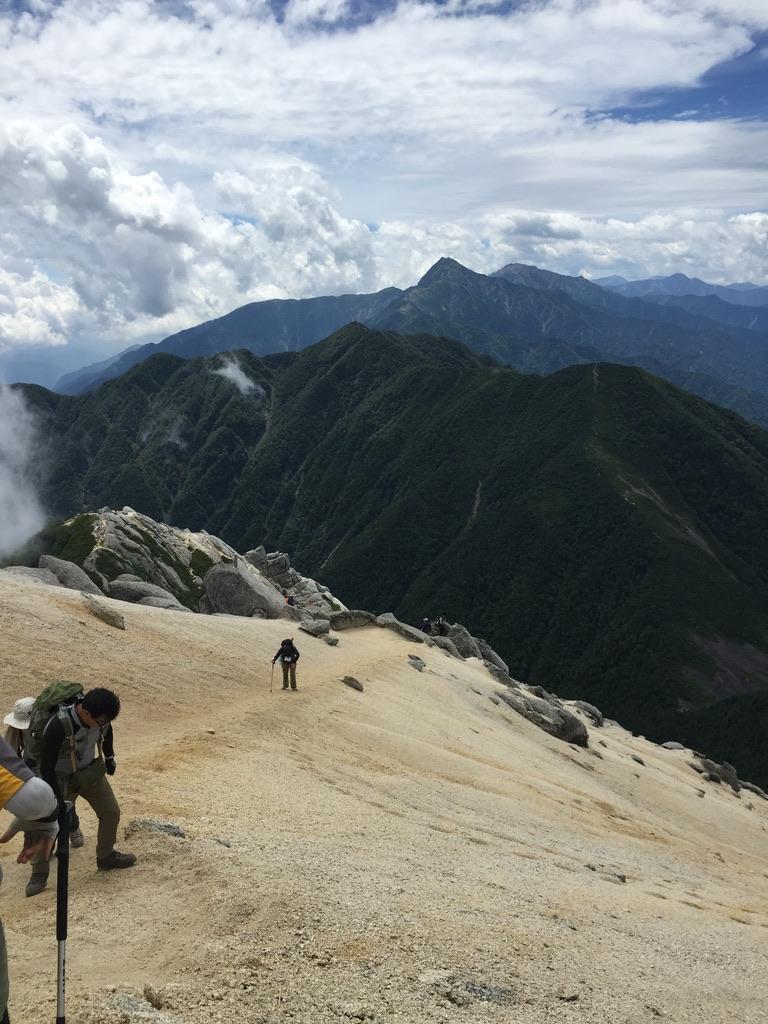甲斐駒ヶ岳・砂礫の斜面は転びそう