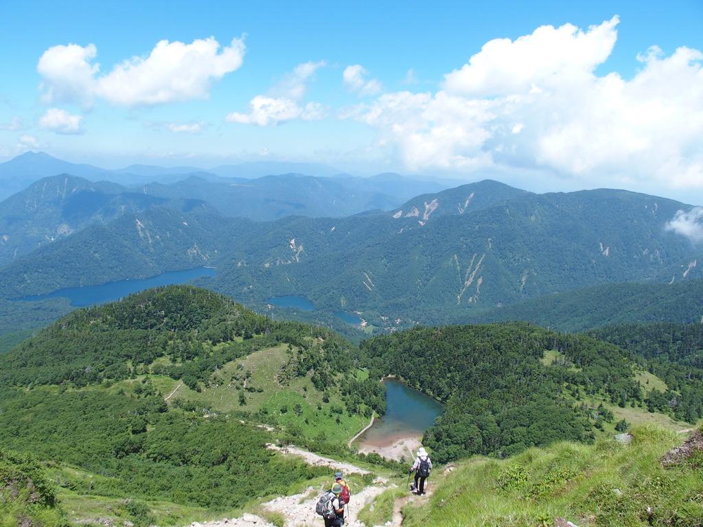 日光白根山・日光白根山から見る菅沼と燧ヶ岳