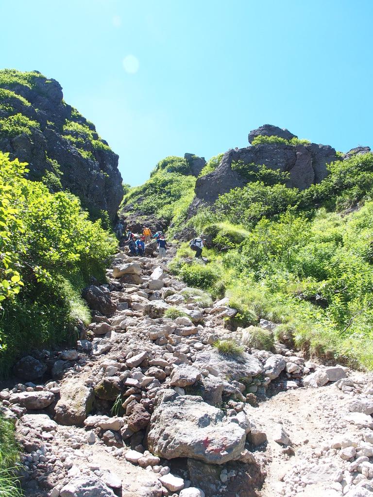 日光白根山・岩場の道を登る