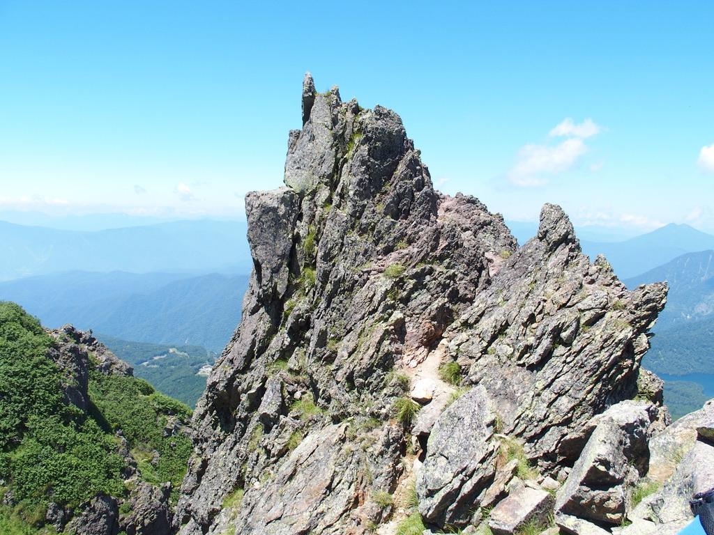 日光白根山・山頂近くの大きな岩