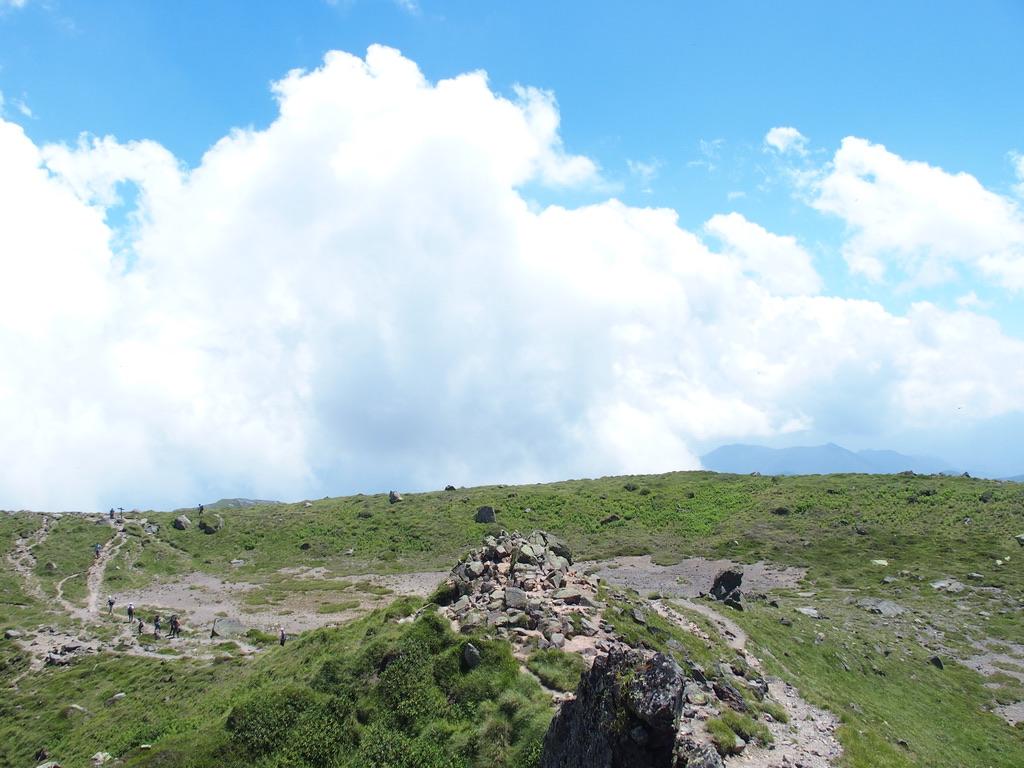 日光白根山・白根山山頂を少し下りた前白根山側は広々とした道
