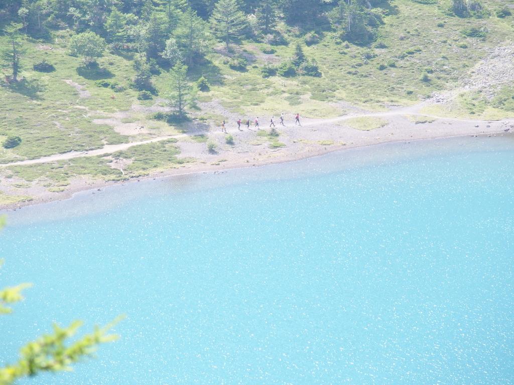 日光白根山・五色沼を歩く登山者たち