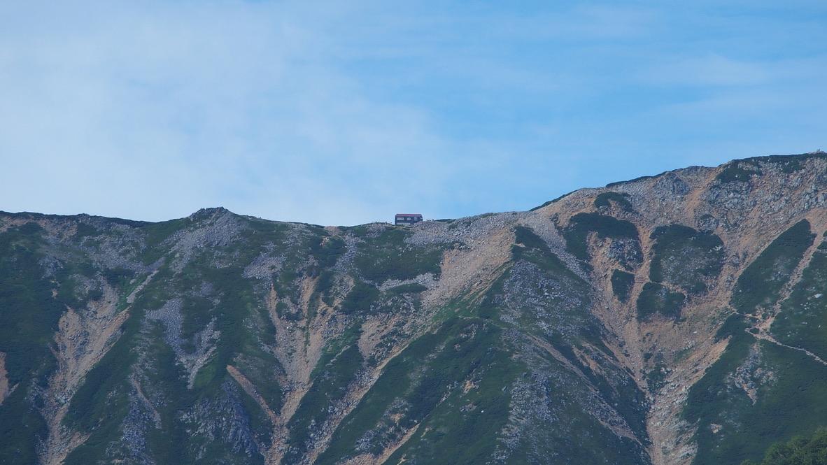 燕岳・合戦尾根から燕山荘を望む