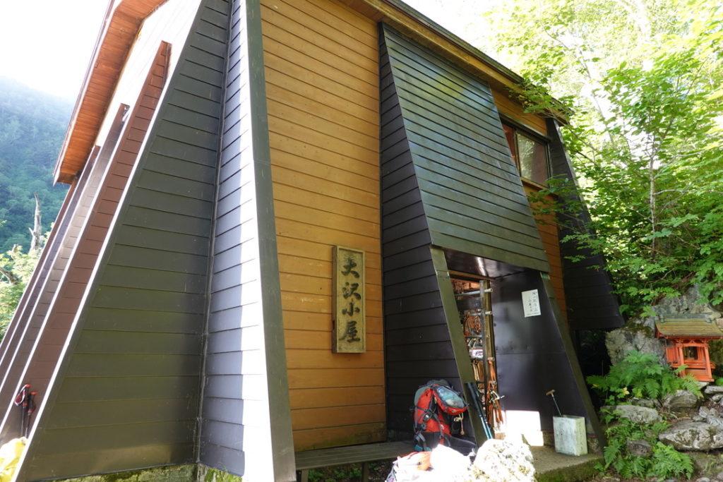 針ノ木岳・蓮華岳・開放的なトイレのある大沢小屋