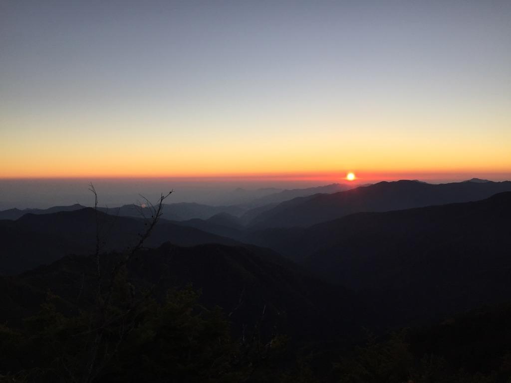 甲武信ヶ岳・三宝山・十文字小屋から大山に向かう途中での朝日