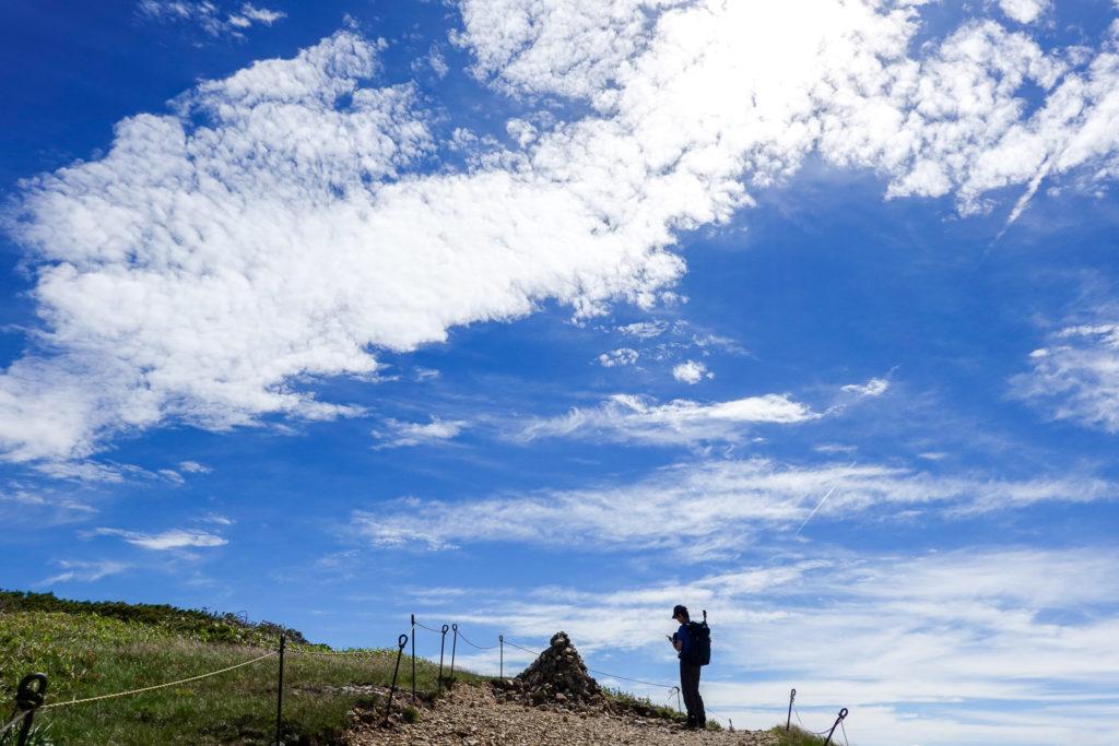 巻機山・巻機山山頂の石のケルン