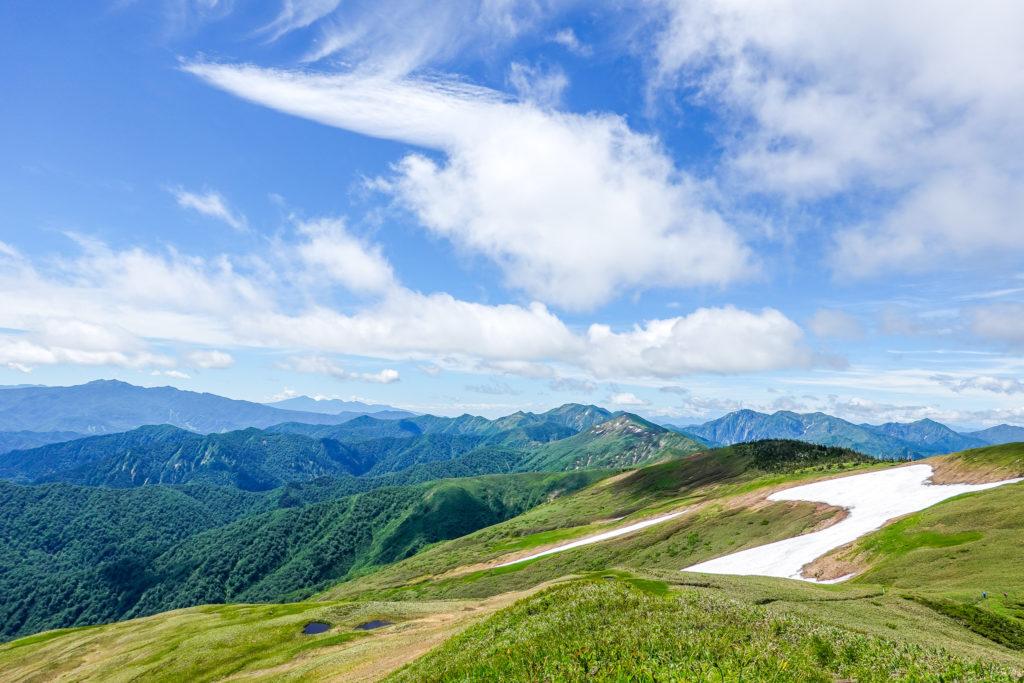 巻機山・雪田越しの朝日岳と谷川岳