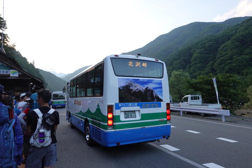 仙丈ヶ岳・仙流荘前から北沢峠行きのバスを待つ