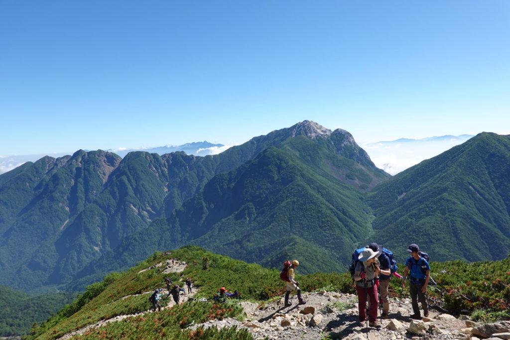 仙丈ヶ岳・鋸岳、八ヶ岳、甲斐駒ヶ岳と豪華な山々をバックに登ります