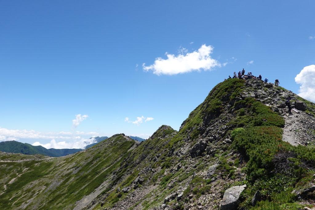 仙丈ヶ岳・仙丈小屋へ向かう道から振り返っての仙丈ヶ岳山頂