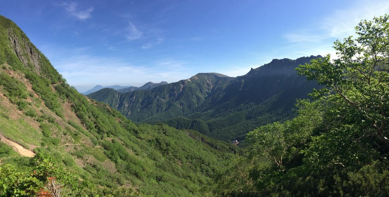 南八ヶ岳・中岳のコルあたりからの行者小屋、硫黄岳、横岳