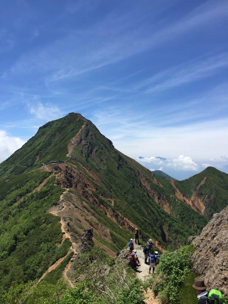 南八ヶ岳・横岳の途中から見えた赤岳、中岳