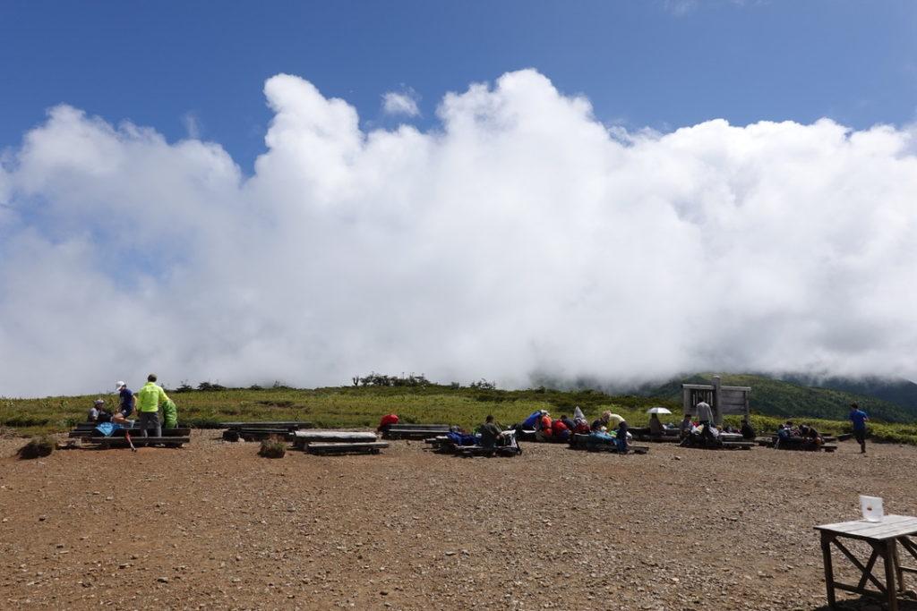 雲ノ平・太郎平小屋から薬師岳を望む、雲で見えない