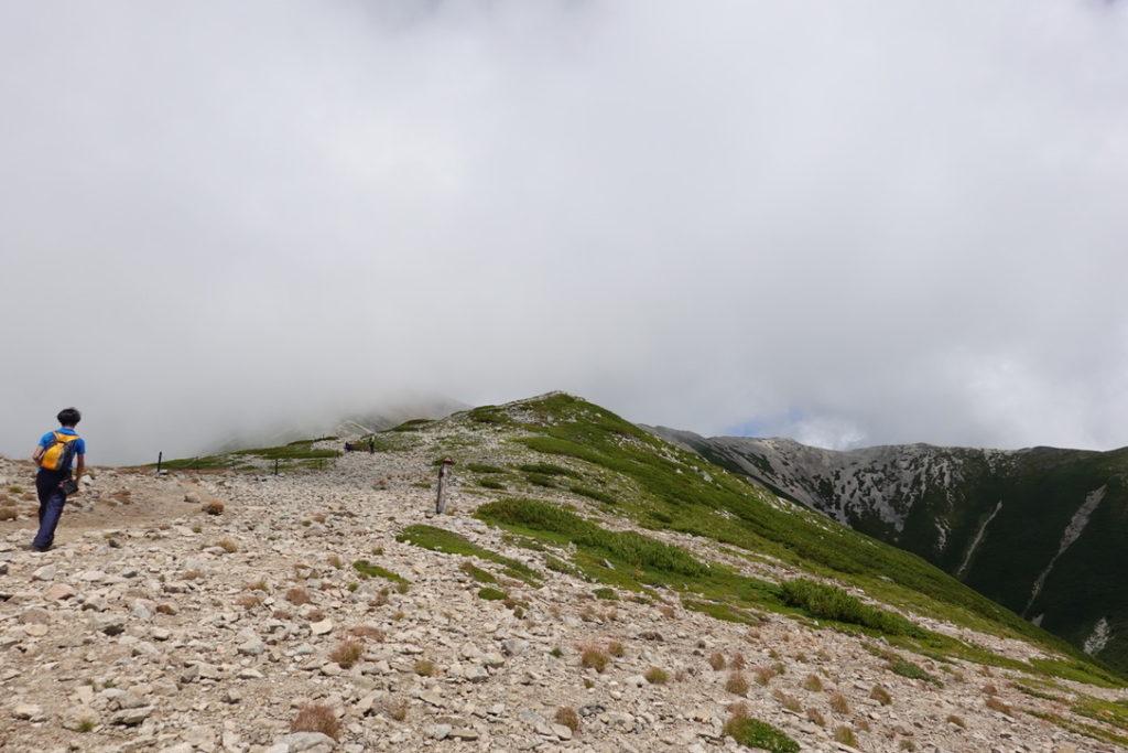 雲ノ平・薬師岳のカールを見ながら頂上へ
