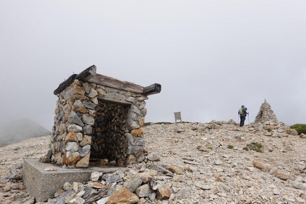 雲ノ平・薬師岳の壊れた避難小屋、ケルン