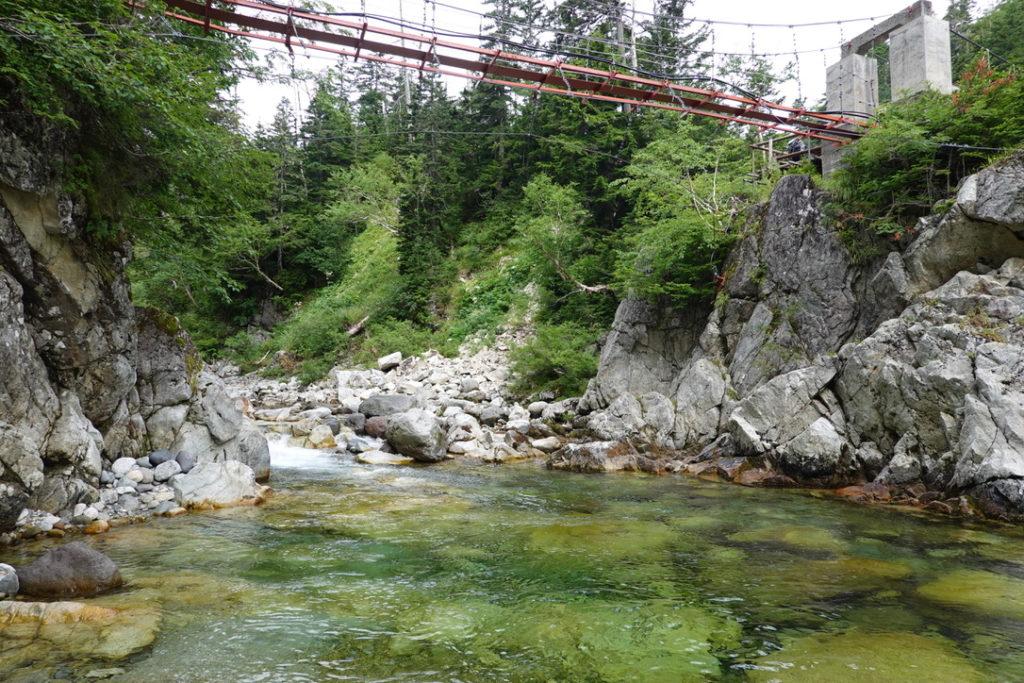 雲ノ平・沢から吊り橋を望む
